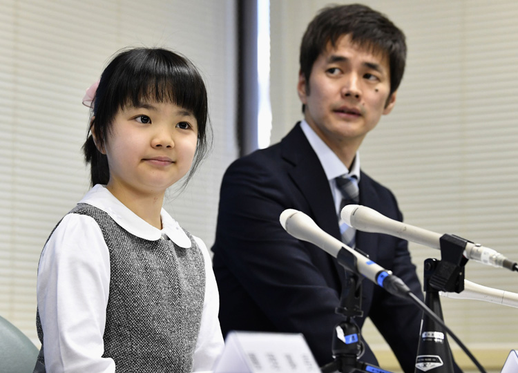 史上最年少で囲碁のプロ棋士となる仲邑菫さん(左)と父親の信也さん