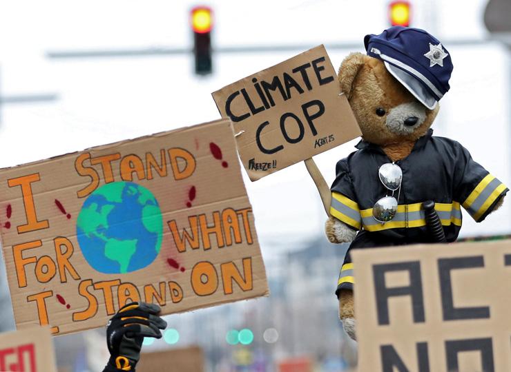 温暖化への対処の遅れ ベルギーの学生たちが抗議