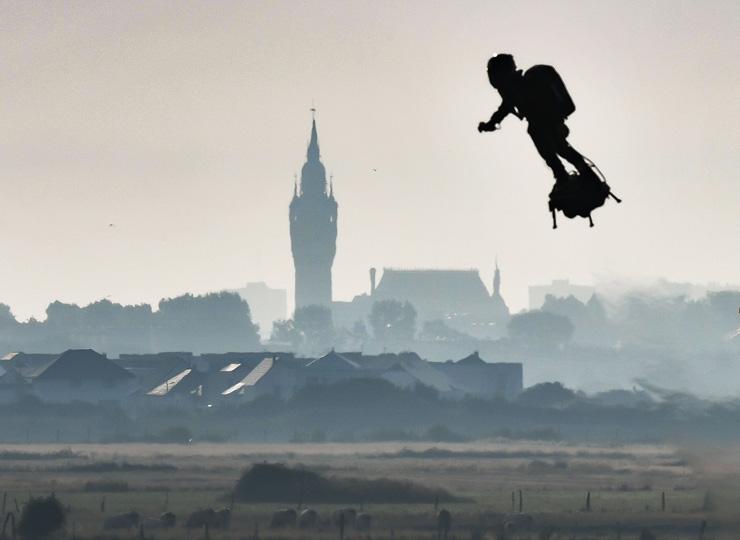 フランスの空飛ぶ発明家、「ホバーボード」で英仏海峡横断