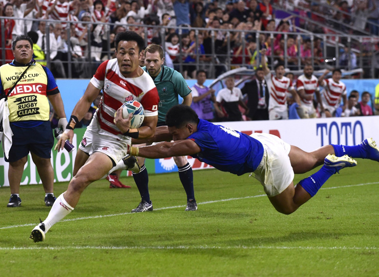 Kenki Fukuoka scores the Brave Blossoms' third try on Oct. 5 in their Rugby World Cup Pool A match against Samoa in Toyota, Aichi Prefecture.