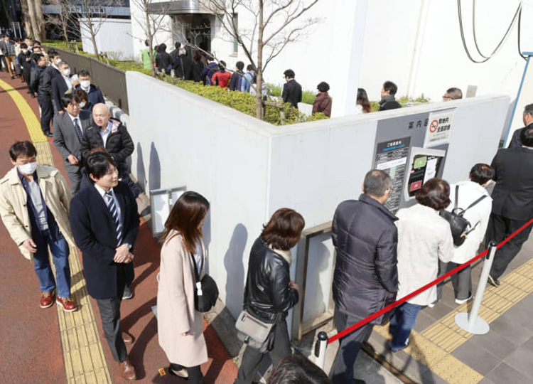 People line up to get seats for the ruling in Yuichiro Kurihara's child abuse case at the Chiba District Court on March 19.
