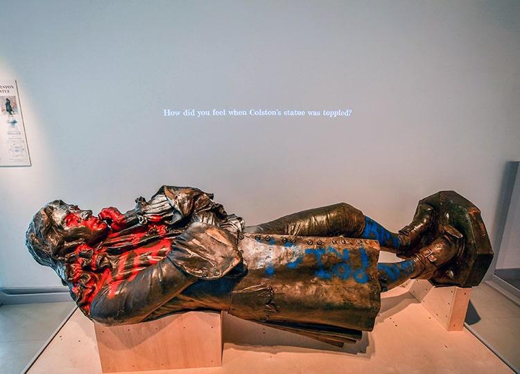 英国で倒された奴隷商人の像、現在は博物館に展示