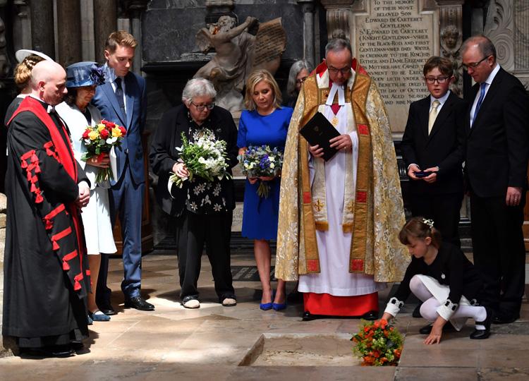 ウェストミンスター寺院で行なわれたスティーブン・ホーキング博士の埋葬式