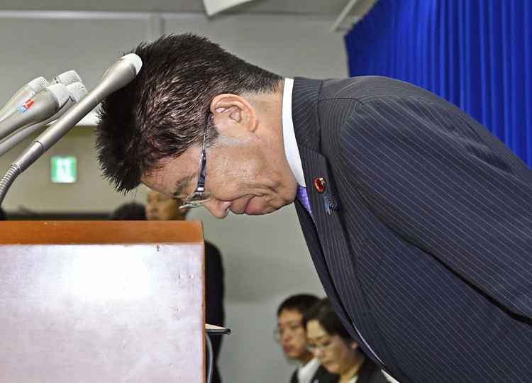 Labor minister Katsunobu Kato apologizes during a news conference at the ministry on Aug. 28.