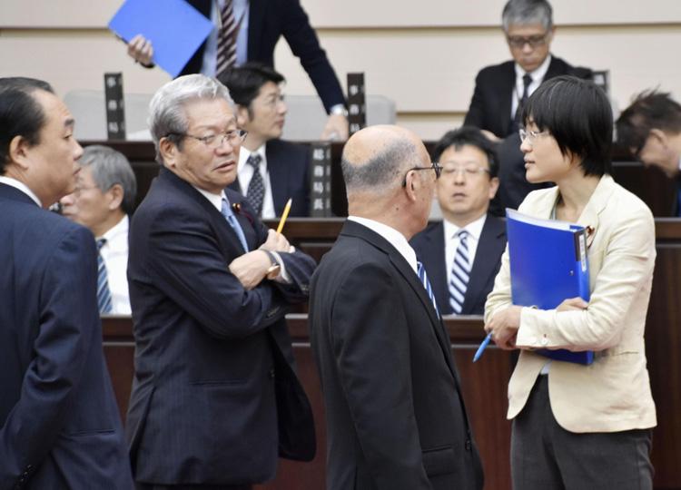 のど飴をなめて質問した熊本市議、議会から退席させられる