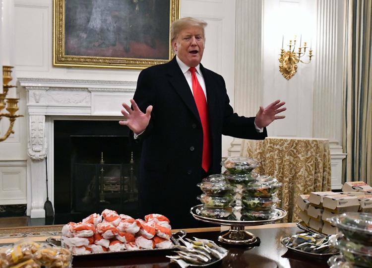 閉鎖中のホワイトハウスで、トランプ大統領がファストフードでもてなし