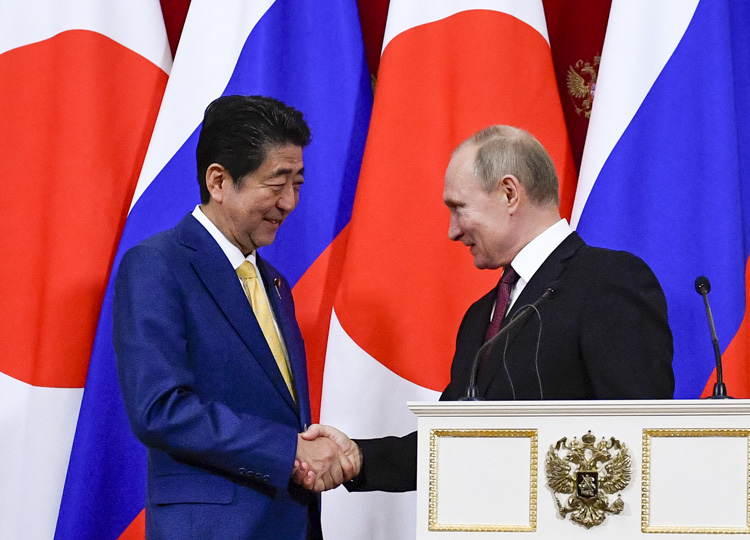 Prime Minister Shinzo Abe (left) shakes hands with Russian President Vladimir Putin after talks in the Kremlin on Jan. 22.