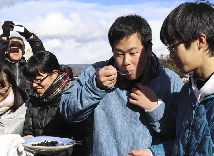 長野県「ざざ虫」食文化 高校生らが体験