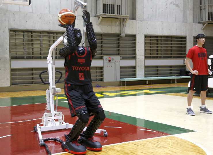 トヨタ開発のAIバスケットボールロボット 見事なスリーポイントシュートを披露