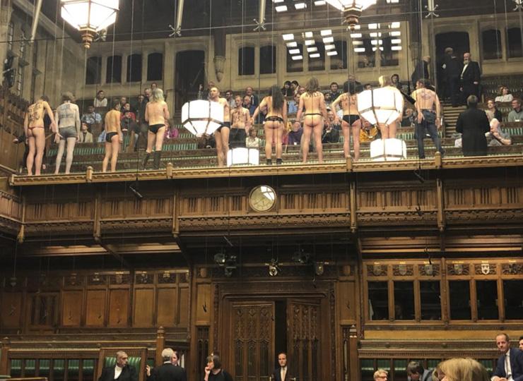 英下院議会で活動家グループが服を脱ぐハプニング 半裸で気候変動への対処を呼び掛け