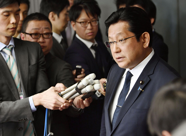 Ichiro Tsukada talks to reporters on April 5 after resigning from his post as vice minister of the Land, Infrastructure, Transport and Tourism Ministry.