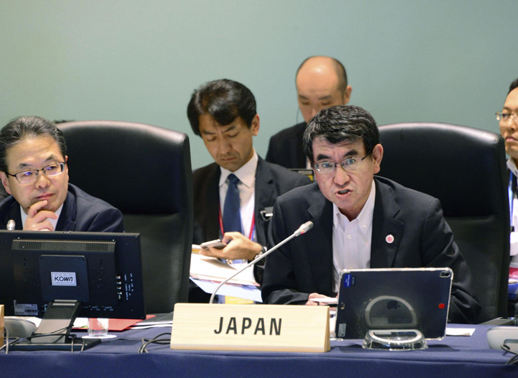 Hiroshige Seko (left), the economy, trade and industry minister, listens as Foreign Minister Taro Kono speaks at a ministerial meeting of the Group of 20 major economies held in Tsukuba, Ibaraki Prefecture, on June 9.