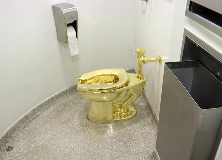 盗まれた金色のトイレは、事前に申し込めば客が実際に利用できた。