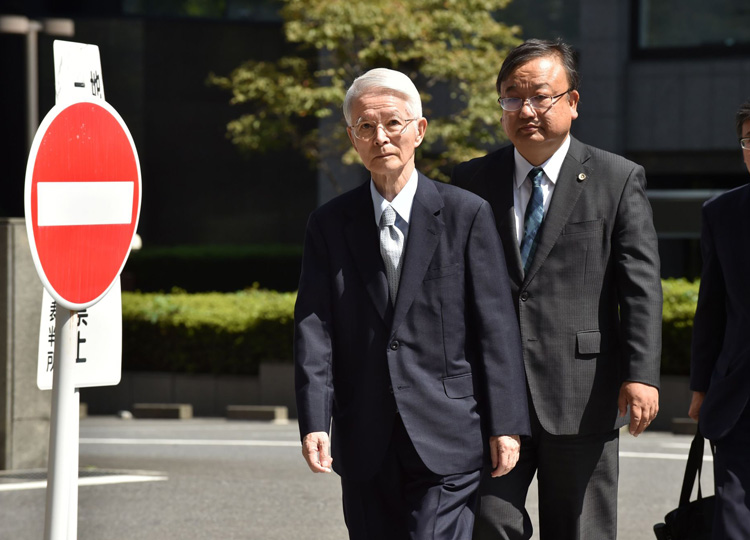 Tsunehisa Katsumata (left), former chairman of Tokyo Electric Power Company Holdings Inc., arrives at the Tokyo District Court on Sept. 19.
