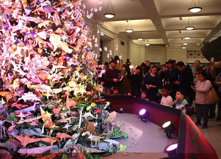アメリカ自然史博物館の名物、折り紙ツリー 今年のテーマは「恐竜」