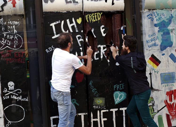 ベルリンの壁崩壊30周年を記念して仏パティシエが「チョコレートの壁」を壊す