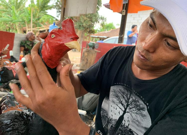 アイデアで雇用を増やすインドネシアの作業所 廃棄物からニワトリの人形を生産