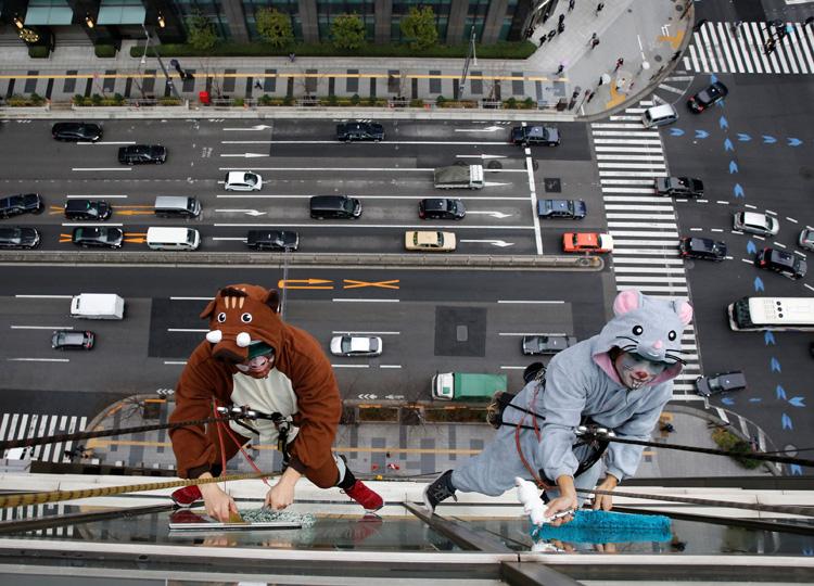 ネズミとイノシシに扮した従業員が、一緒に窓の掃除をした。