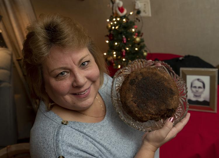 141年前のフルーツケーキを持つジュリー・ルッティンガーさん