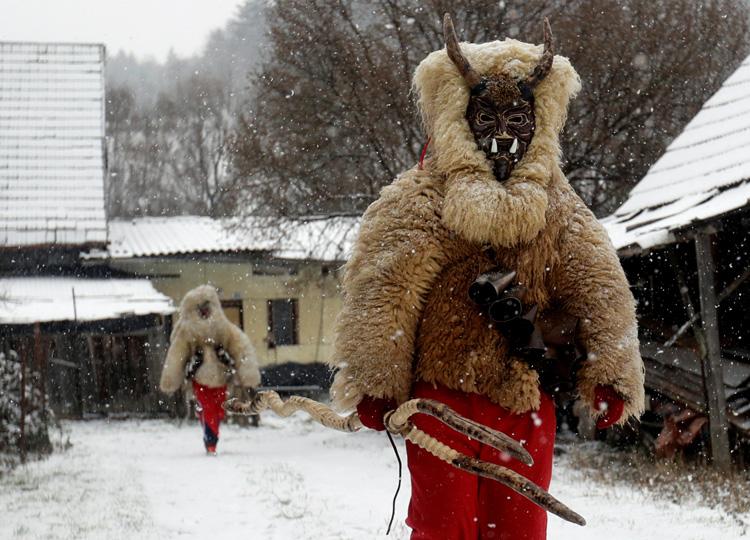 羊の皮などで作った衣装を身に着けた悪魔が、子どもたちを追いかける。
