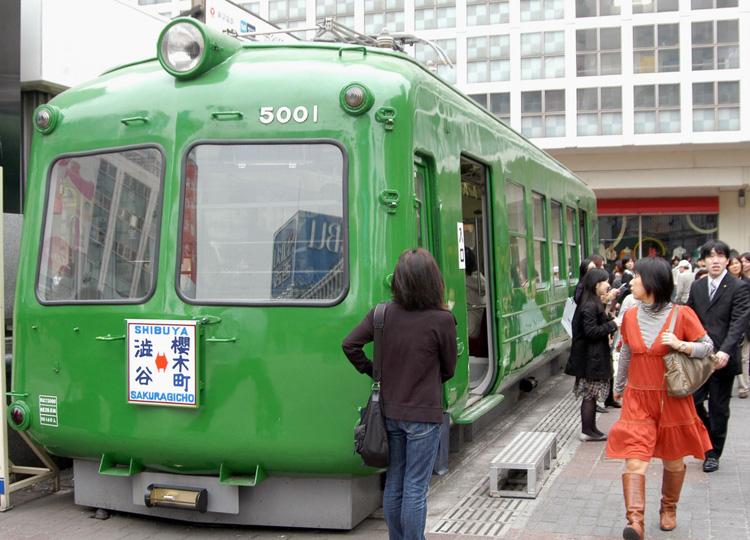 渋谷の観光案内書「青ガエル」 ハチ公の故郷、秋田県へ移設