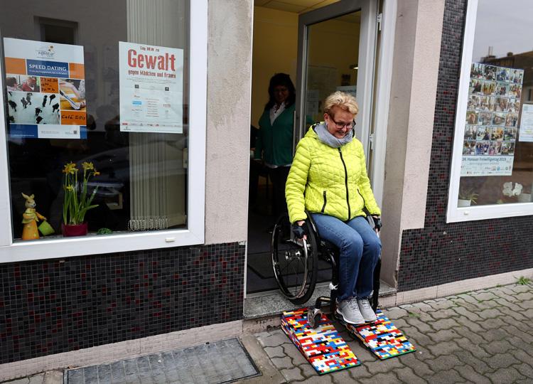 車いすに優しい社会を レゴで作られたスロープが人気に