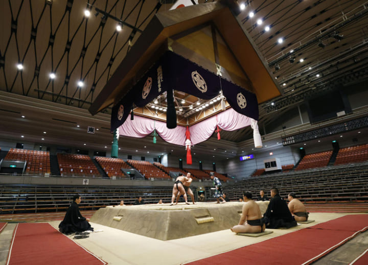 Hakuho victorious on Day 1 in front of empty arena