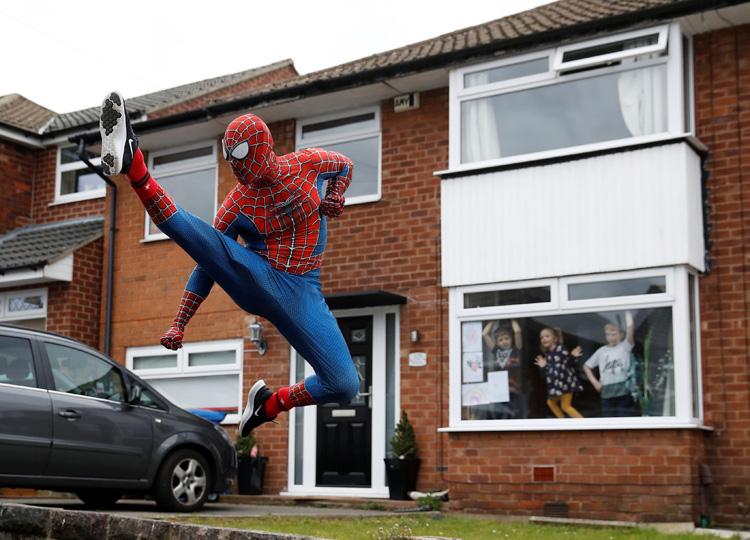 スパイダーマンがジョギング 外出制限の英国で子どもたちのヒーローに