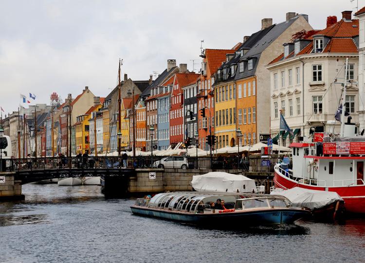 デンマーク、国境を隔てた恋人たちに面会許可 条件は手紙や写真などを見せること