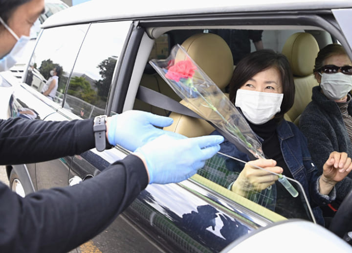 Drive-through flower service a big hit in Kawasaki as Mother's Day arrives
