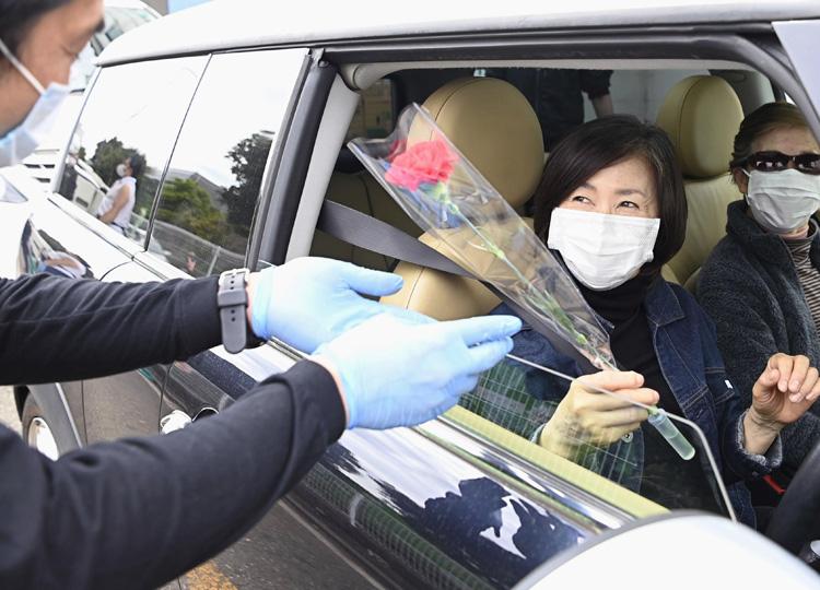 自粛要請でも「母の日」には花を 接触を抑えたドライブスルー販売実施