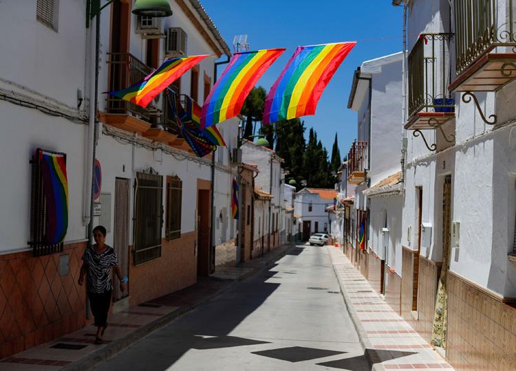 スペインの町を飾る300ものレインボー・フラッグ 議事堂への掲揚不可の取り締まりを受け