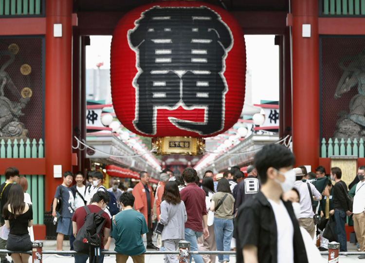 People crowd near Kaminarimon gate in Tokyo's Asakusa area June 21, the first weekend after an inter-prefecture coronavirus travel restriction was lifted.