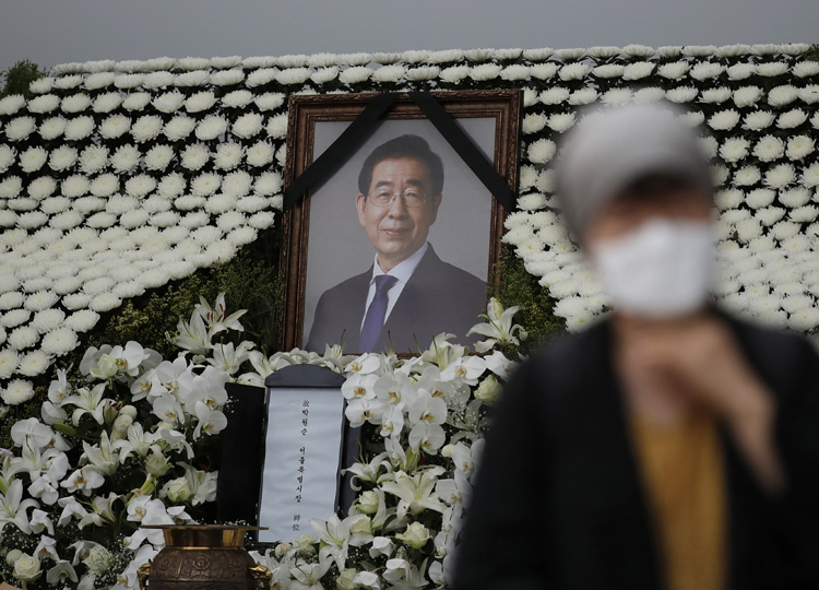 A mourner passes by a memorial altar for late Seoul Mayor Park Won-soon at City Hall Plaza in Seoul on July 13.