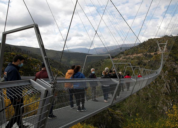 世界最長の歩行者用吊り橋、ポルトガルにオープン