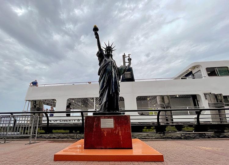 自由の女神の「妹分」、フランスからアメリカに到着