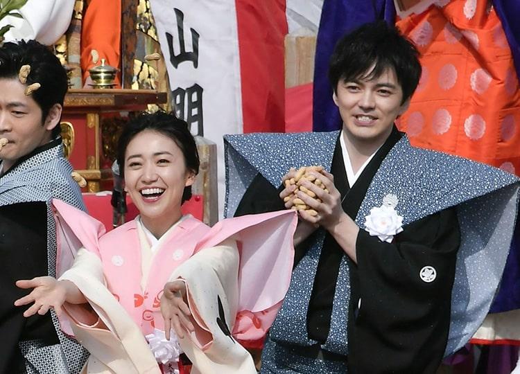 2020年の節分のイベントで豆まきをする林遣都さん(右)と大島優子さん