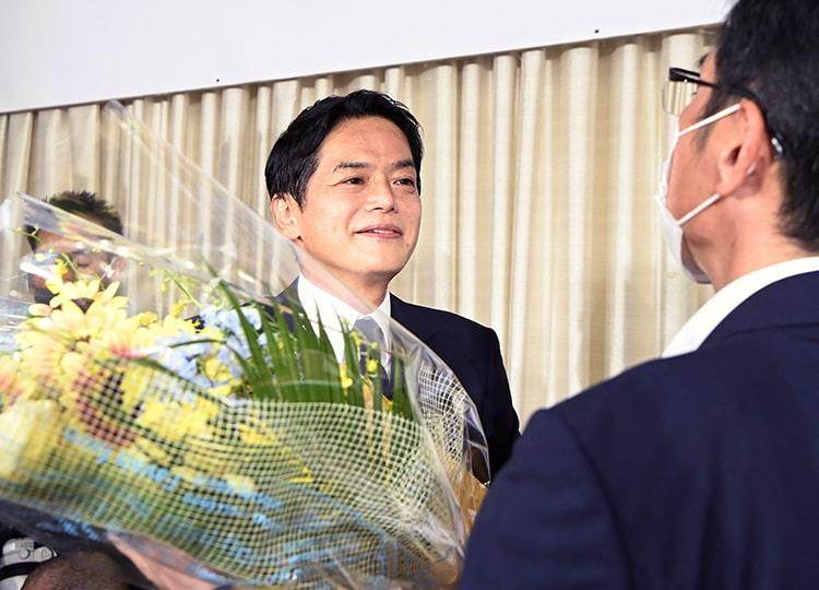 Takeharu Yamanaka receives flowers after winning the Yokohama mayoral election on Aug. 22.