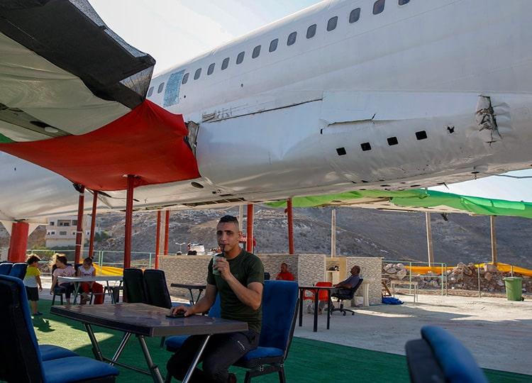 飛行機を改装したカフェ、ヨルダン川西岸で営業中