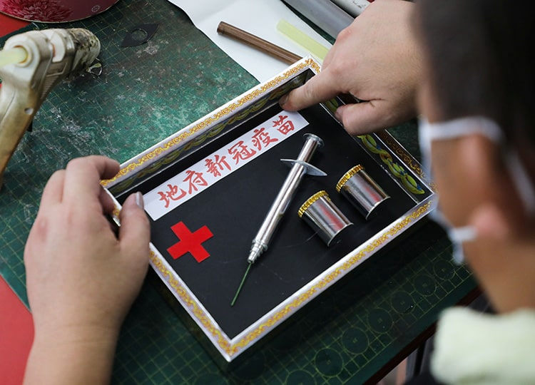 マレーシアの伝統行事 今年は紙製のコロナワクチンが人気