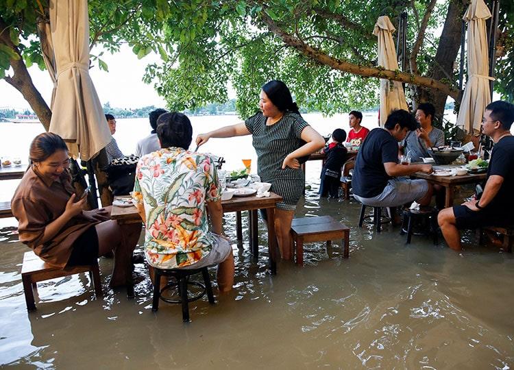 タイの川沿いレストラン、水浸しになったことで人気上昇