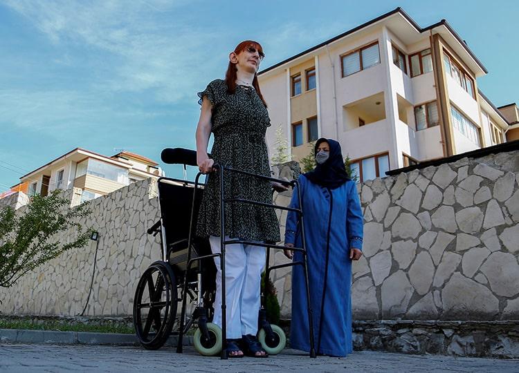 「自分をありのまま受け入れて」 世界一長身の女性が語る